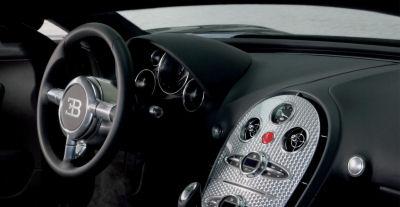 Photographies commentées de l'intérieur de la Bugatti Veyron 16.4. Simplicité et ergonomie, alliées à une qualité de finition exceptionnelle.